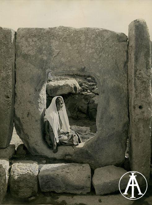 Tempio di Hagiar Kim, veduta animata di un lastrone ortostatico con apertura (ritratto di giovane donna seduta). Fot.: Luigi Maria Ugolini. Data ripresa: 1930 circa. Fototeca INASA, inv. 61942