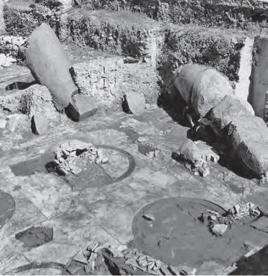 Crollo delle colonne granitiche del Templum Pacis sul pavimento senza interposizione di livelli di abbandono (foto P. Galli, in RIASA 62-63, 2007-2008, fig. 9 p. 16)